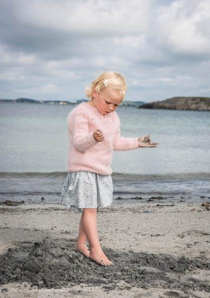 5 Tirilgenser barn med hullmønster* Sandnes garn SATURNIA GARN